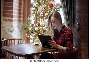 frau, tablette, baum, junger, pc, front, gebrauchend, weihnachten, glücklich