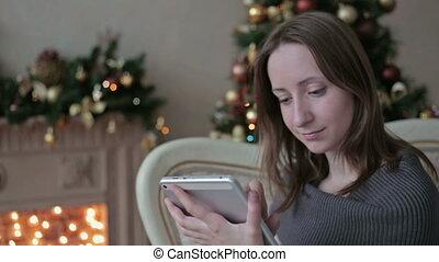 frau, tablette, baum, schauen, pc, front, weihnachten, glücklich
