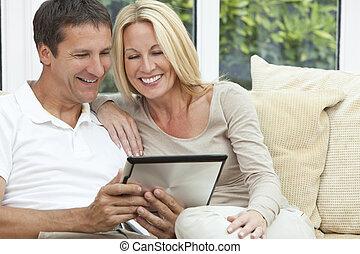frau, tablette, &, paar, edv, gebrauchend, mann, glücklich