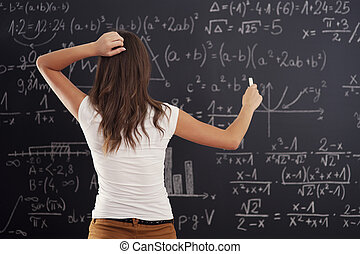 frau, tafel, junges schauen, problem, mathe