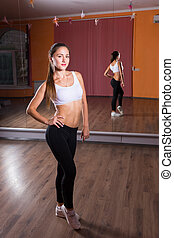 frau, tanz, junger, widergespiegelt, studio, posierend