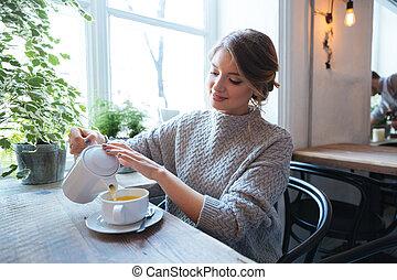 frau, teetrinken, in, café