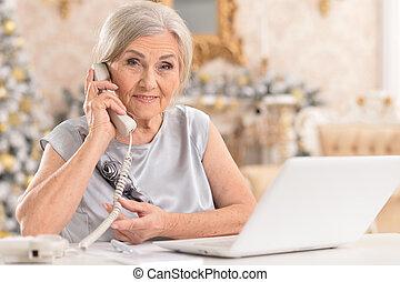 frau telefon, laptop benutzend