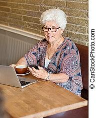 frau, textmessaging, durch, smartphone, in, café