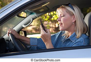 frau, textmessaging, während, fahren