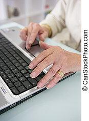 frau, tippen, auf, a, laptop