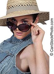 frau, tragen, strohhut, und, sonnenbrille