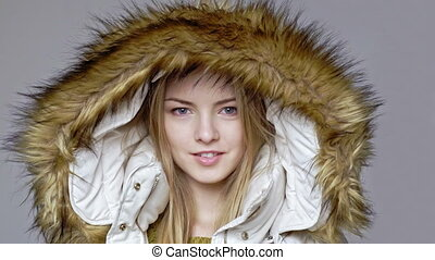 frau, tragen, warm, winter mantel, mit, pelz, kapuze