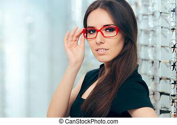 frau, tragende brillen, in, optisch, kaufmannsladen