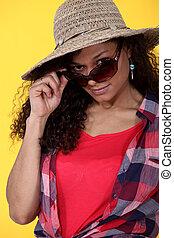 frau, tragende sunglasses, und, strohhut