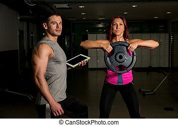frau, trainieren, fitness, mann, trainer, gebrauchend, digital tablette
