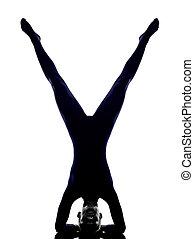 frau, trainieren, vrschikasana, scorpion haltung, joga, silhouette