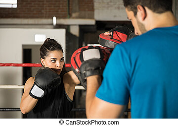 frau, training, mit, boxen, halbhandschuhe