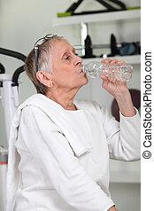 frau, turnhalle, trinkwasser