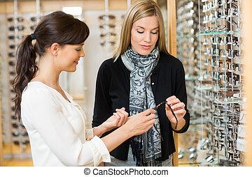 frau, und, kunde, halten gläsern, an, kaufmannsladen