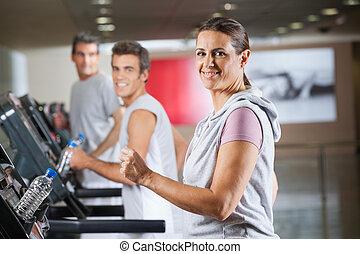 frau, und, maenner, rennender , auf, tretmühle, in, fitnessstudio