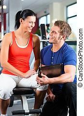 frau, und, persönlicher trainer, in, fitness, turnhalle