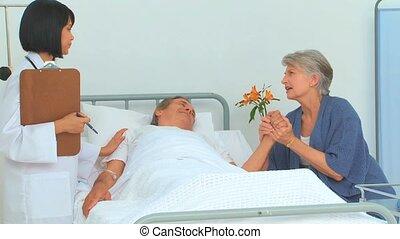 frau, und, sie, krank, ehemann, sprechende , mit, der, krankenschwester