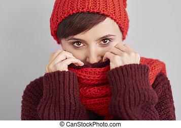 frau, verstecken, in, warm, kleidung