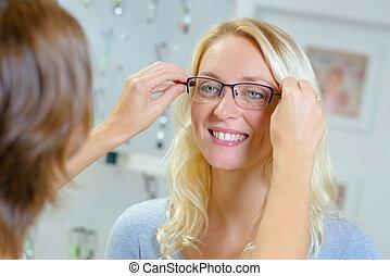 frau, versuchen gläsern, in, optisch, kaufmannsladen