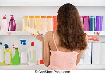 frau, verwirrt, Supermarkt, kosmetisch, Produkte, Wählen