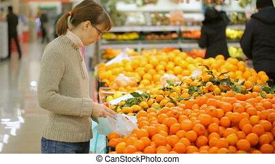 frau, wählen, fruechte, in, supermarkt