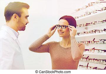 frau, wählende gläser, an, optik, kaufmannsladen