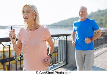 frau, während, heiter, jogging, musik- hören, älter
