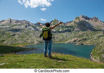frau, wanderer, anschauen, see, estaens, in, der, pyrenäen, berge