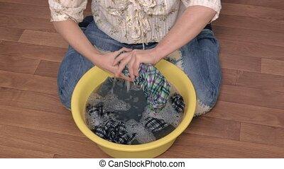 frau, waschen kleidung