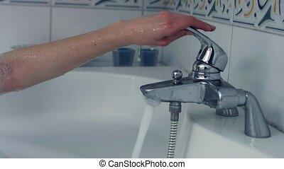 frau, wasser, gießen, bad