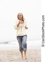 frau, winter, laufen, feiertag, sandstrand, älter