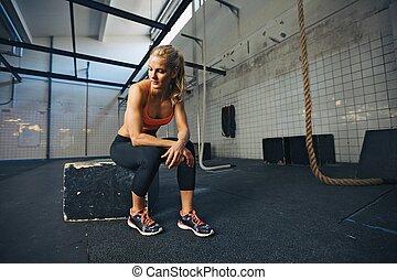 frau, workout, anfall, nehmen, nach, junger, brechen, turnhalle