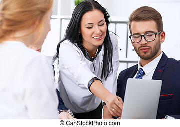 frau- zeigen, geschäftsmenschen, büro., laptop, fokus, versammlung