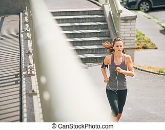 frau, zone, jogger, rennender , bürgersteig, entlang