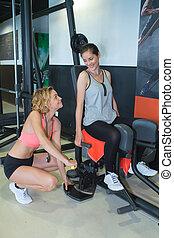 frauausarbeiten, mit, fitness, persönlicher trainer, in, turnhalle