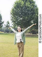frauen, älter, park, entspannen