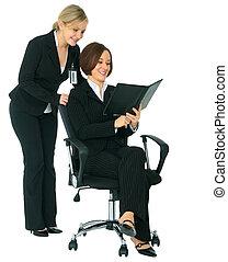 frauen, businessteam, anschauen, tagesordnung