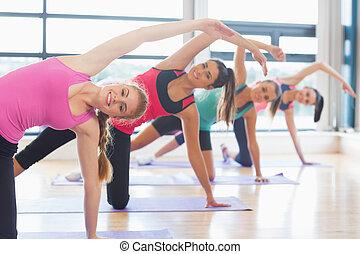 frauen, dehnen, yoga- matten, klasse