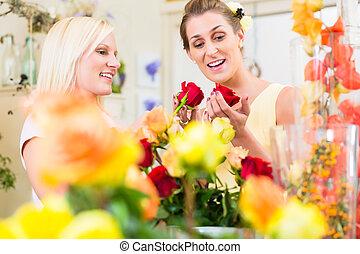 frauen, in, der, blume- speicher, kaufen, rosen