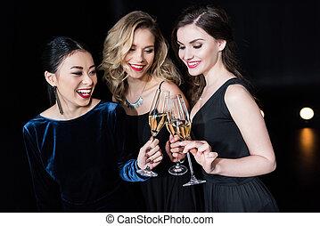 frauen, klirren, stilvoll, lächeln, champagner, kleidet, brille