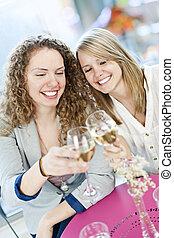 frauen, toasten, mit, weißwein