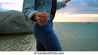 frauenansehen, auf, gestein, an, sandstrand, 4k