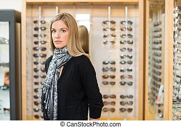 frauenansehen, in, brille, kaufmannsladen