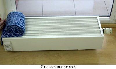 Heizkörper Zum Sitzen frau sitzen gefrorenes jahreszeit radiator besorgt stock