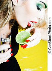 frauenportraets, lecken, salz, mit, tequila schuß