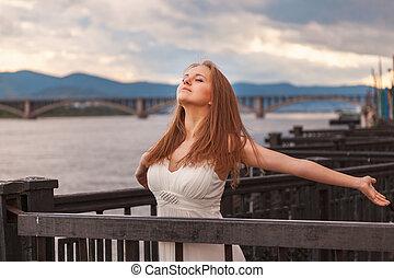Free happy young woman enjoying nature. Beauty girl outdoor.