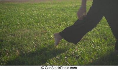 freedom., amusement, femelle noire, jambes, business, pelouse, closeup, pantalon, avoir, femme, pieds nue