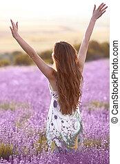 freedom., wolny, brunetka, kobieta, z, otwarty herb, cieszący się, zachód słońca, w, lawenda, field., harmony., pociągający, dziewczyna, z, długi, zdrowy, włosy, style., lifestyle.