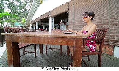 freelancer, kobieta, kawiarnia, pracujący